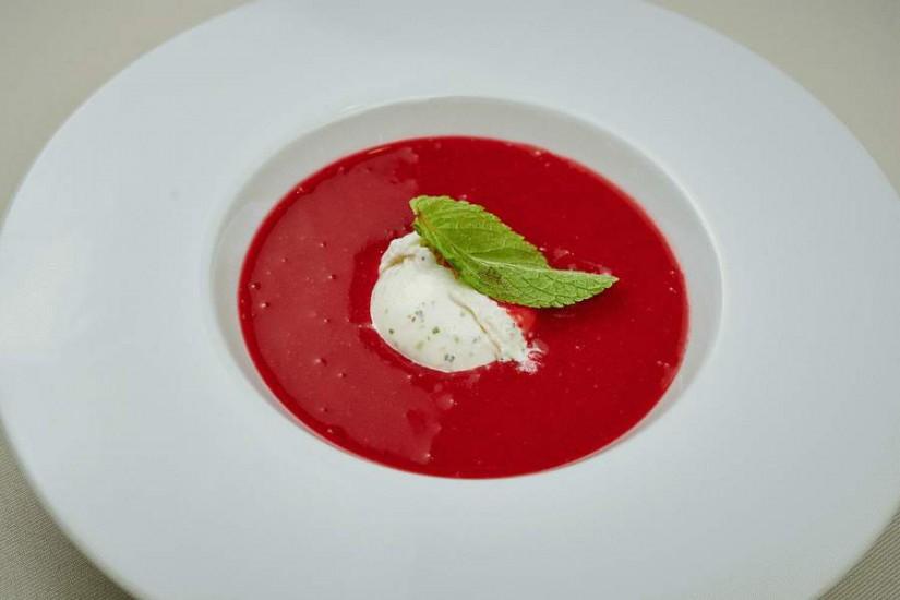 Клубничный суп с лаймовым мороженым 300/40г