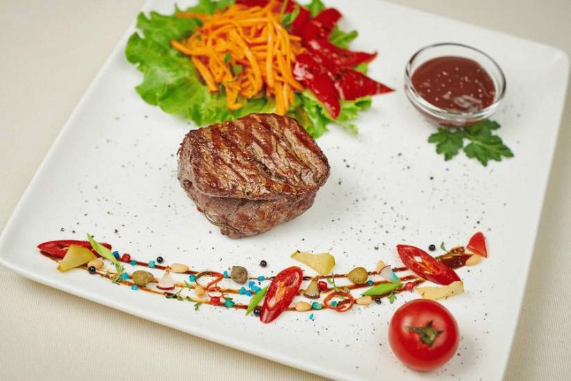Стейк из говядины-гриль с маринованными овощами и соусом барбекю 150/65/35г